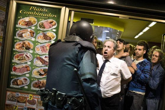 """Alberto Casillas, ο καταστηματάρχης του εστιατορίου """"Prado"""" που προστάτεψε τους διαδηλωτές στις 26 Σεπτέμβρη στην Μαδρίτη"""