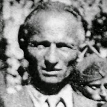 Είναι αλήθεια πως η μεγάλη στροφή στη ζωή του Θανάση Κλάρα και η οργανική ένταξή του στο εργατικό κίνημα γίνεται στην Αθήνα το 1924, όταν ο μετέπειτα πρωτοκαπετάνιος του ΕΛΑΣ συνδέθηκε στενά με τον συμπατριώτη του Τάκη Φίτσο, ο οποίος στάθηκε δάσκαλός του, τον βοήθησε να ξεκαθαρίσει τις ανησυχίες του, να διευρύνει τους ορίζοντές του. Μα και στο βιβλίο του «Άρης Βελουχιώτης - Ο πρώτος του αγώνα», και ο Π. Λαγδάς χαρακτηρίζει τον Θανάση Κλάρα «μαθητή» του Φίτσου. Ο Τάκης Φίτσος και ο Θανάσης Κλάρας θα βρεθούν συνεξόριστοι στη Γαύδο το 1931-1933.